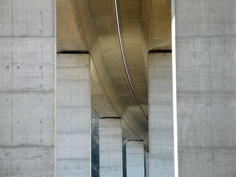 Die Brücke beschreibt eine leichte Kurve