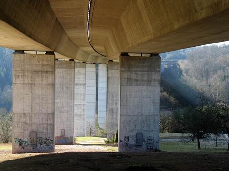 Das Viadukt überspannt das Aichtal