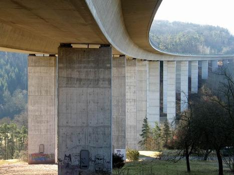 Auf der Brücke verläuft die Bundessstraße B27 zwischen Stuttgart und Tübingen