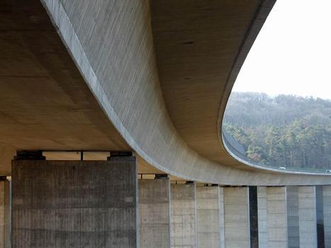 Hier kann man besonders gut die Krümmung der Brücke erkennen