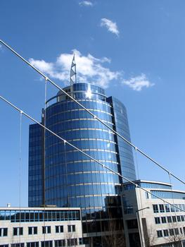 Stuttgart - Bülow-Turm; im Vordergrund Seilverspannung der Fußgängerbrücke über die Heilbronner Straße