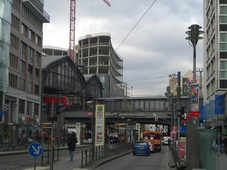 Bf. Friedrichstraße in Berlin Mitte mit EÜ Stadtbahn / Friedrichstraße