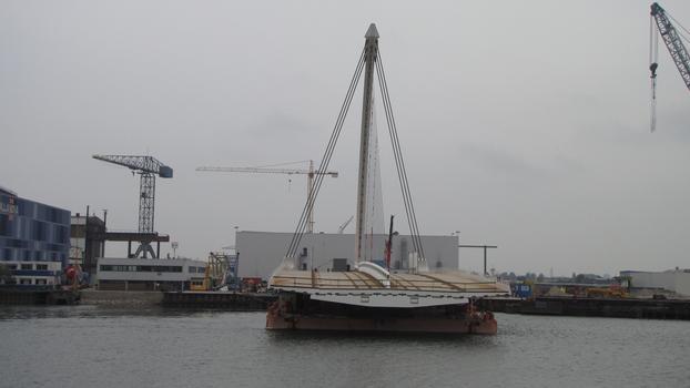 La superstructure du pont Samuel-Beckett sur une barge aux Pays-Bas