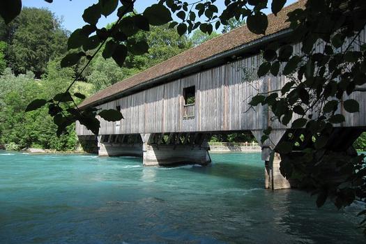 Auguetbrücke zwischen Muri bei Bern und Belp / Schweiz überquert den Fluss Aare