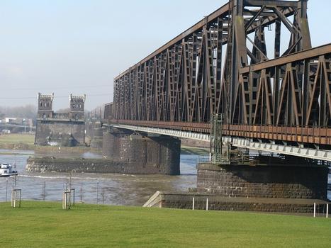 Duisburg-Hochfeld, Türme der alten Eisenbahnbrücke von 1873