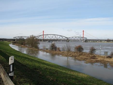 Duisburg, Haus-Knipp-Eisenbahnbrücke, im Hintergrund die Beeckerwerther Brücke