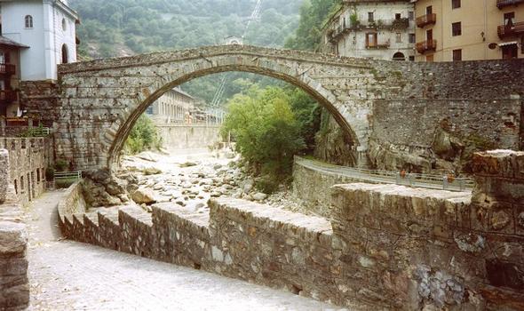 Pont St. Martin, römische Brücke über den Fluß Lys