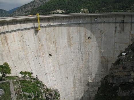 Sonnenuhr am Staudamm von Castillon