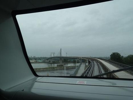 Canada Line mit Fraser Bridge