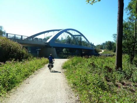 Die neue Bogenbrücke ersetzte eine Fachwerkkonstruktion aus dem Jahr 1948