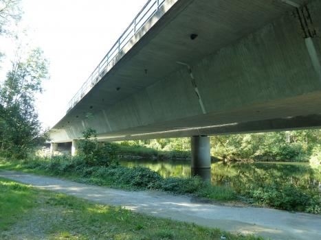 Die Autobahnbrücke Altenstadt quert die Iller im extrem schiefen Winkel.