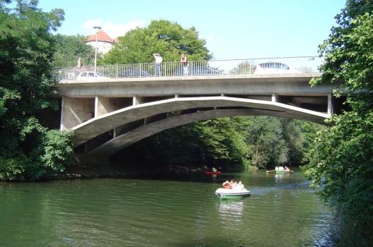 Die Alleenbrücke in Tübingen führt mit zwei gleichen Bogentragwerken über zwei Neckararme.