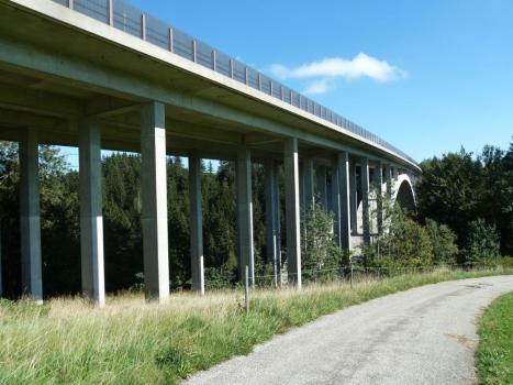 Die A7 quert die Wertach beim Weiler Maria Rain auf einer Stahlbetonbrücke
