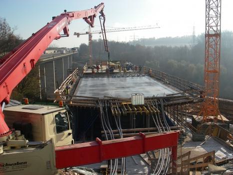 Mit 365,40 m Länge ist die Sulzbachtalbrücke bei Denkendorf auf den Fildern das größte Brückenbauwerk auf der neuen ICE-Strecke von Stuttgart nach Ulm