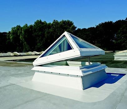 Glaspyramide plus_auf dem Dach, halboffen