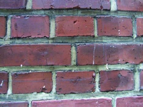 Detail der Sichtmauerwerkfassade: Die Bestimmung des Wasseraufnahmekoeffizienten ist hier besonders schwierig