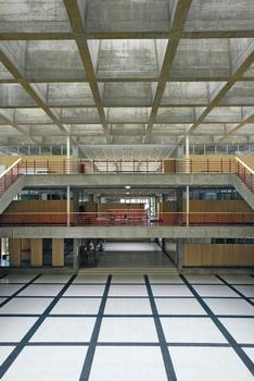 Die Lichtquadrate dominieren den Innenraum; die Quadratstruktur des Sichtbetons wird bei der Bodengestaltung wieder aufgenommen