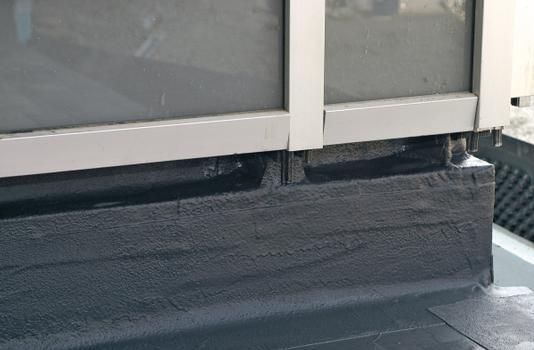 Die Abdichtung im Sockelbereich wurde bis zu den Fenster- und Türelementen hochgezogen