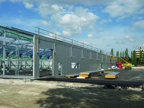 Einsatz des temporären Seitenschutzsystems beim Bau einer Stahlhalle