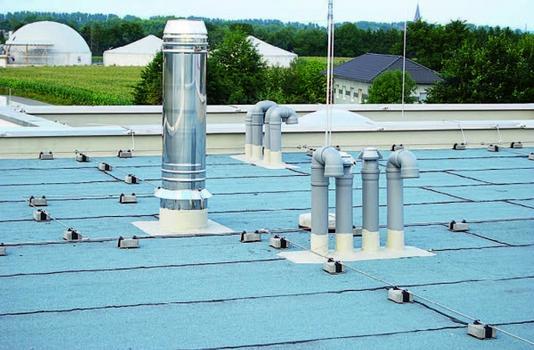 Auf Industriedächern rechnet sich die Detailabdichtung mit Flüssigkunststoff