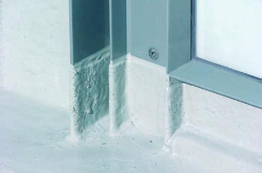 Hier kommt die Stärke des Flüssigkunststoffs voll zum Tragen: Stahlprofil und Wandaufkantung sind sicher in das nahtlose Abdichtungssystems eingebunden