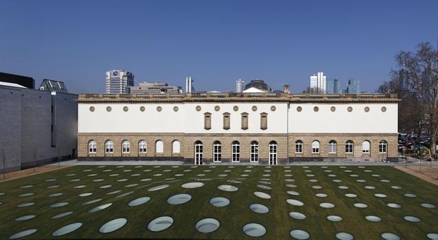 Die Oberlichter markieren die Ausstellungsfläche: Unter der Erde befindet sich der Neubau des Städel Museums