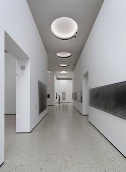 Die Oberlichter lassen Tageslicht in die Ausstellungshalle