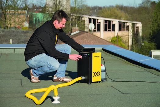 Die Leistung von Gebläseturbine und Fluidpumpe lässt sich anhand des stoßgeschützten Bedientableaus unabhängig voneinander stufenlos steuern und damit optimal an individuelle Einsatzbedingungen anpassen