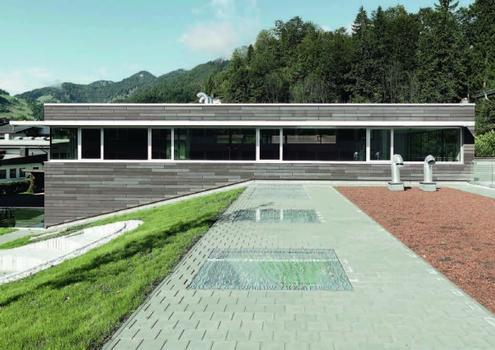 Polytechnische Schule Kössen/Österreich: 300 m² Öko Skin Betonfassade, Farbe: terra und sandstein, Architekt: Markus Rottenspacher, Kössen