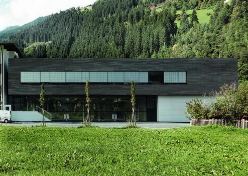 Hauptschule Zell am Ziller/Österreich: 1.500 m² Öko Skin Betonfassade und 650 m² fibreC Fassade, Farben: terra und elfenbein, Architekt: AC architects collective + bernhard eder, Wien