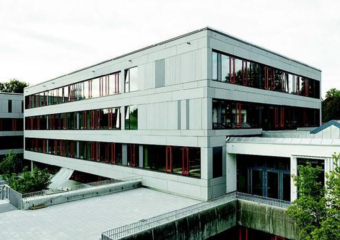 Realschule Miesbach/Bayern: 1.850 m² Fassade mit Großformatplatten fibreC, Farben: silbergrau und anthrazit, Architekt: Felix + Jonas Architekten, München