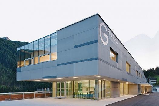 Grundschule St. Walburg/Italien: 1.200 m² concrete skin 13 mm, Farbe: 03 Silbergrau, Oberfläche: FE Ferro, Architekt: S.O.F.A. Architekten, Wien