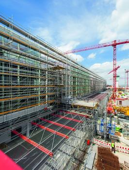 The PERI UP scaffolding construction reliably shields construction site activities from airport operations. At the same time, it serves as working scaffold for the facade contractors. Stair access and large-span bridging enhance the scaffold solution of the Weissenhorn experts.