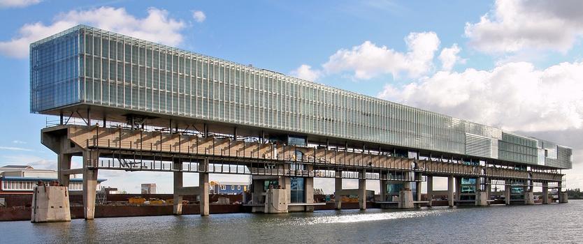 """Die Fassade des spektakulären Gebäuden """"Kraanspoor"""" im Amsterdamer Hafen wird gegenwärtig mit 1320 korrosionsbeständigen Zahnstangenantrieben von Framo Morat ausgerüstet."""