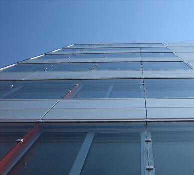 Der vertikale Blick zeigt die Prallscheiben, die mit den silberfarbenen Verkleidungen eine Ebene bilden. Dahinter liegen die vertikalen orangen Schallschotts
