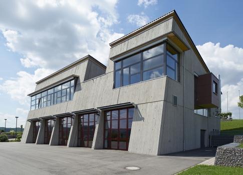 Die gewünschte Solidität und robuste Oberfläche des neuen Feuerwehrhauses wurden mit Liapor-Leichtbeton in Sichtbetonoptik umgesetzt.