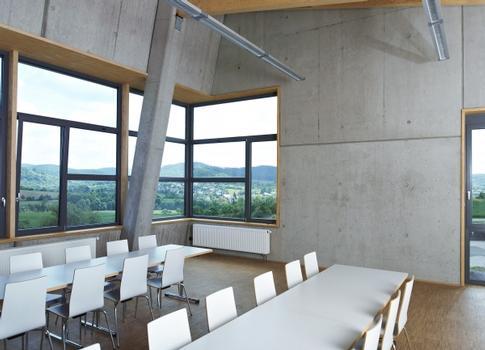Im Inneren greifen die mit Stahl glatt geschalten Liapor-Leichtbetonwände den äußeren Charakter des Gebäudes auf
