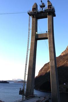 Beim Bau der 523 m langen Dalsfjordbrua hat die Firma Utleiecompagniet AS (Uco) den Zuschlag für die Lieferung der Höhenzugangstechnik erhalten. Uco ist seit Jahren enger Partner des bayerischen Bauaufzugherstellers GEDA-Dechentreiter GmbH & Co.KG