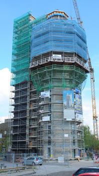 Energetisches Wahrzeichen: Der komplett eingerüstete Aquaturm in Radolfzell. Links der separate Versorgungsturm, der größtenteils schon wärmegedämmt ist.