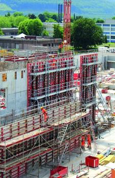 Safe at all heights: The 14 m high walls of the new Novartis production facilities in Switzerland are poured using the Mammut 350 wall formwork combined with the SecuritBasic safety system.