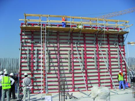 The Mammut 350's largest panel offers a forming area of 8.75 m² and is ideally suited for industrial buildings with large – and especially very high – walls, here in use on the Mushrif Water Reservoir in Dubai, United Arab Emirates