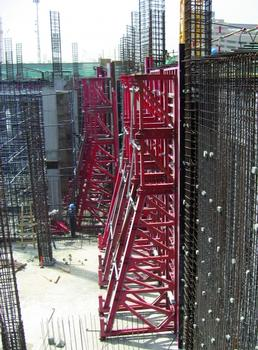 District Cooling Plant for Business Bay Executive Tower for Al Saqr Engineering and Contracting, Dubai, UAE. Walls are poured using self-compacting concrete. Single-sided MEVA support frames STB 450 and the Mammut 350 wall formwork are used.