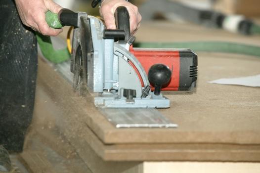 Dämmstoffe aus natürlichen Holzfasern werden aus Nebenprodukten wie Hackschnitzen und Baumrinden hergestellt, die im Sägewerk anfallen. Die Verarbeitung großformatiger Platten erfolgt in der Zimmerei oder in den Werken der Holz-Fertighausindustrie.