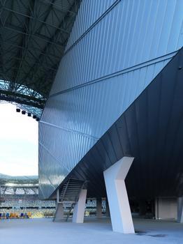 Detail des Stadiongebäudes: Rund 18 Tonnen Titanzink wurden für die Bekleidung der Fassaden und die Deckenuntersicht im Eingangsbereich verarbeitet.