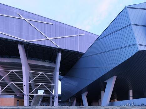 Funktionale Architektur mit markanten Details: gelochte Aluminiumplatten im oberen Bereich, Fassaden- und Deckengestaltung mit Titanzink