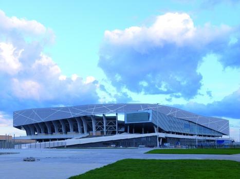 Die langezogene, stetig ansteigende Rampe führt die Zuschauer ins Stadion und dient dem Aggressionsabbau. Das Stadiongebäude ist komplett mit Titanzink bekleidet.