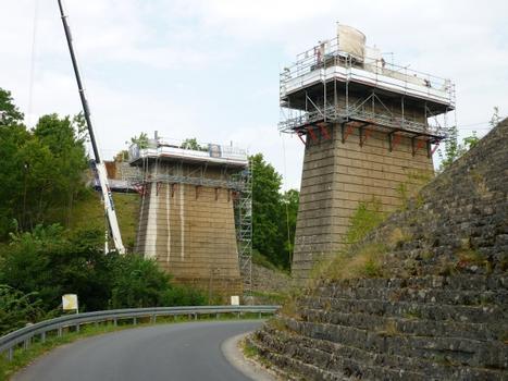 Arbeits- und Schutzgerüste an den Brückenstützpfeilern Eisenbahnviadukt