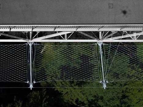 Die Denkmalschutz-Auflagen verlangten eine besonders unauffällige Lösung, und man entschied sich daher für eine Webnet-Konstruktion. Die Firma Jakob übernahm Planung, Herstellung und Montage.