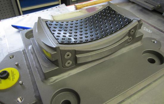 Der Blick in ein noch nicht zusammengesetztes Kalottensegmentlager zeigt die komplizierte Geometrie des patentgeschützten Gleitwerkstoffs MSM®