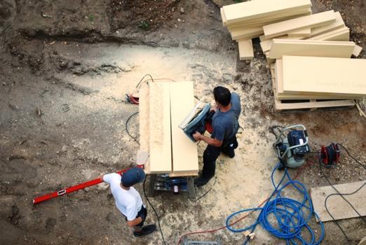 Holzfaserdämmplatten lassen sich von geschulten Fachhandwerkern millimetergenau in Form bringen. Das kann entweder in der Werkstatt oder auf der Baustelle geschehen.
